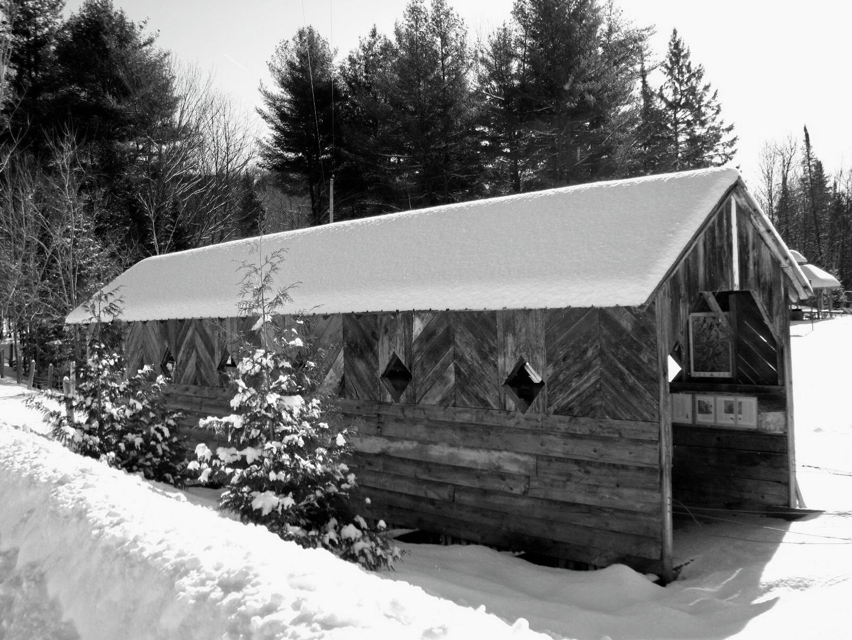 Pont photographié en noir et blanc