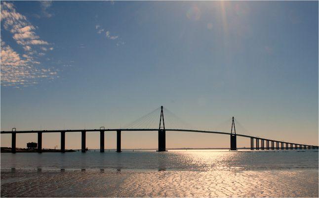 * Pont sur l'estuaire de la Loire*