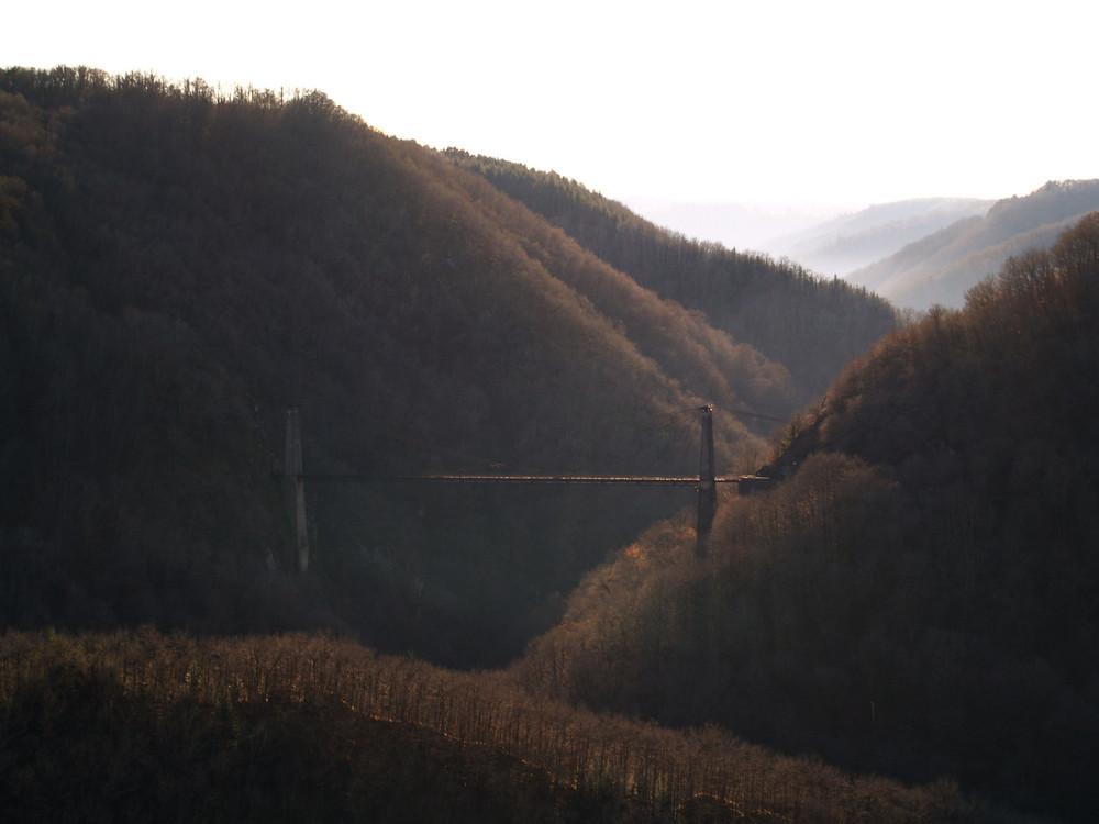 pont traversant la luzège en vallée de dordogne