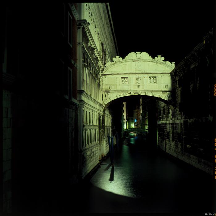 Ponte dei Sospiri at night