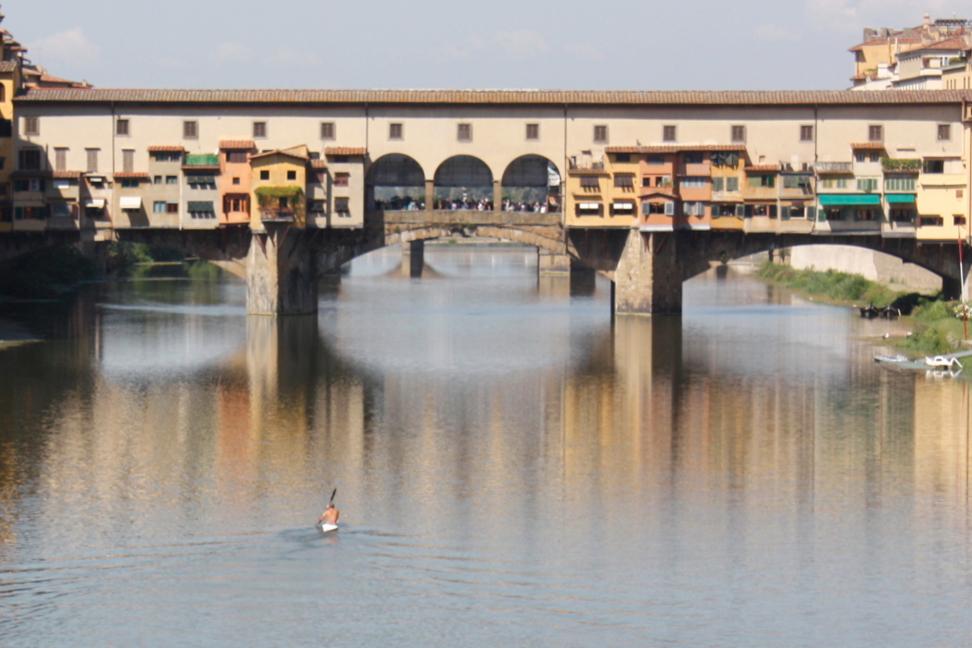 Ponte Vecchio und Kajakfahrer