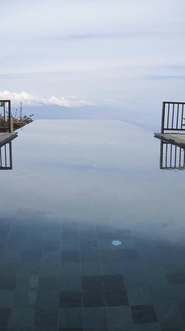 Pool und Himmel