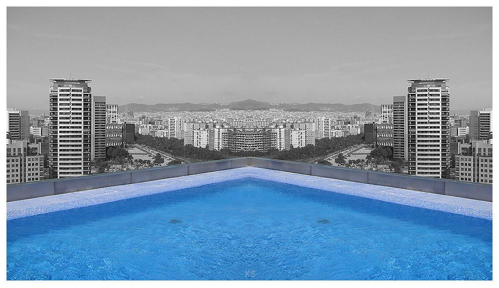 Poolblick über Barcelona