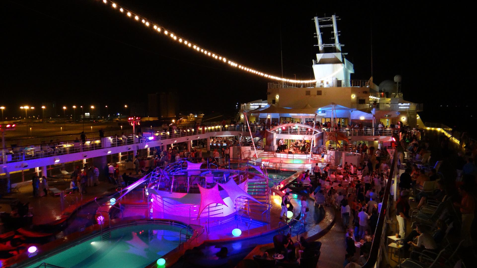 Poolparty auf der Mein Schiff 2 im Hafen von Abu Dhabi