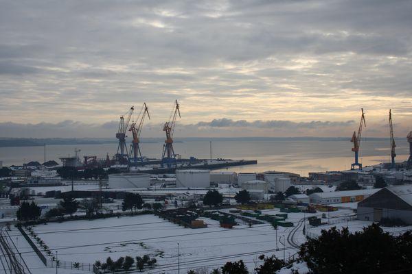 Port de commerce de Brest sous la neige