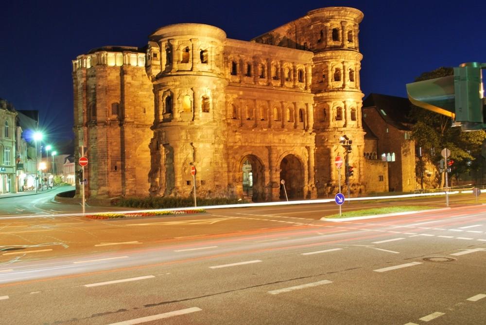 Porta Nigra bei Nacht mit Verkehr