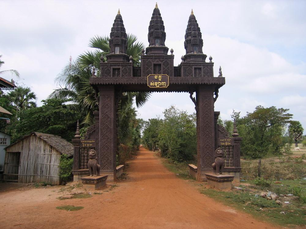 Portail d'une pagode au Sud de Phnom Penh