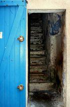 Porte avec escaliers.