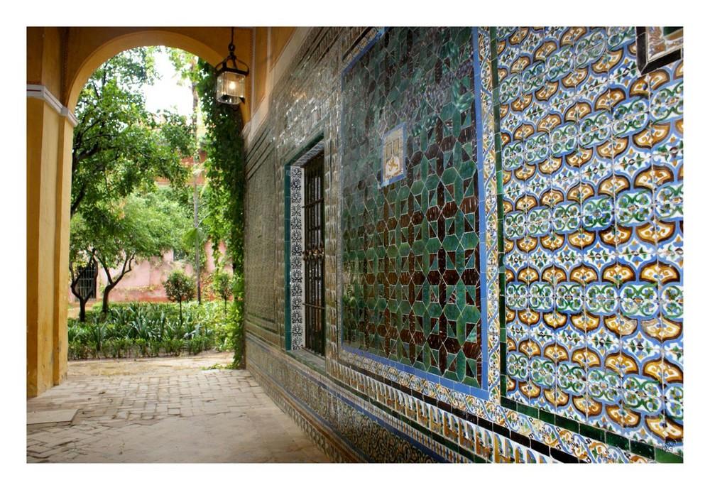 Porte ouverte sur le jardin de la maison de Pilate