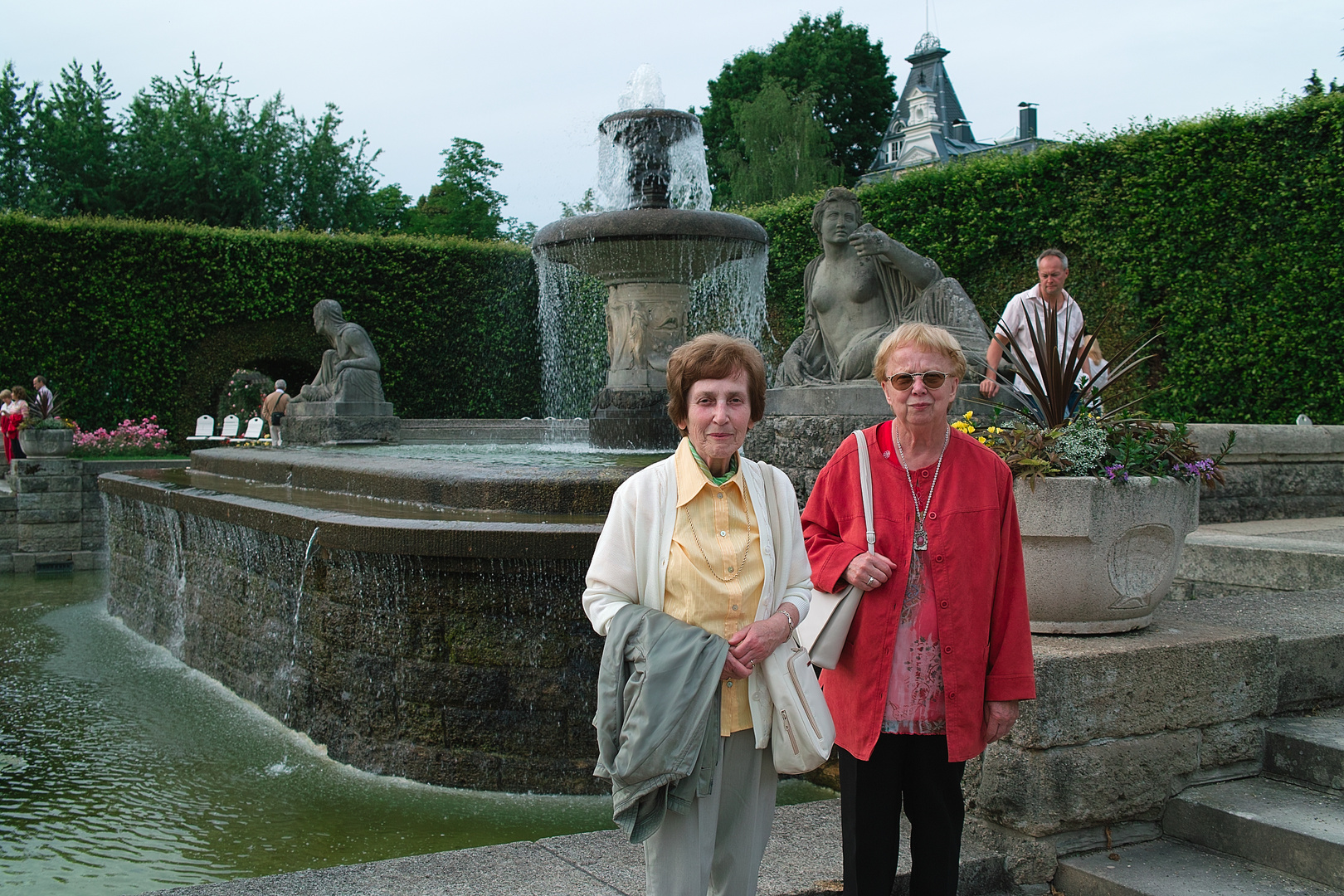 Porträt an Pfingsten vor einem Springbrunnen