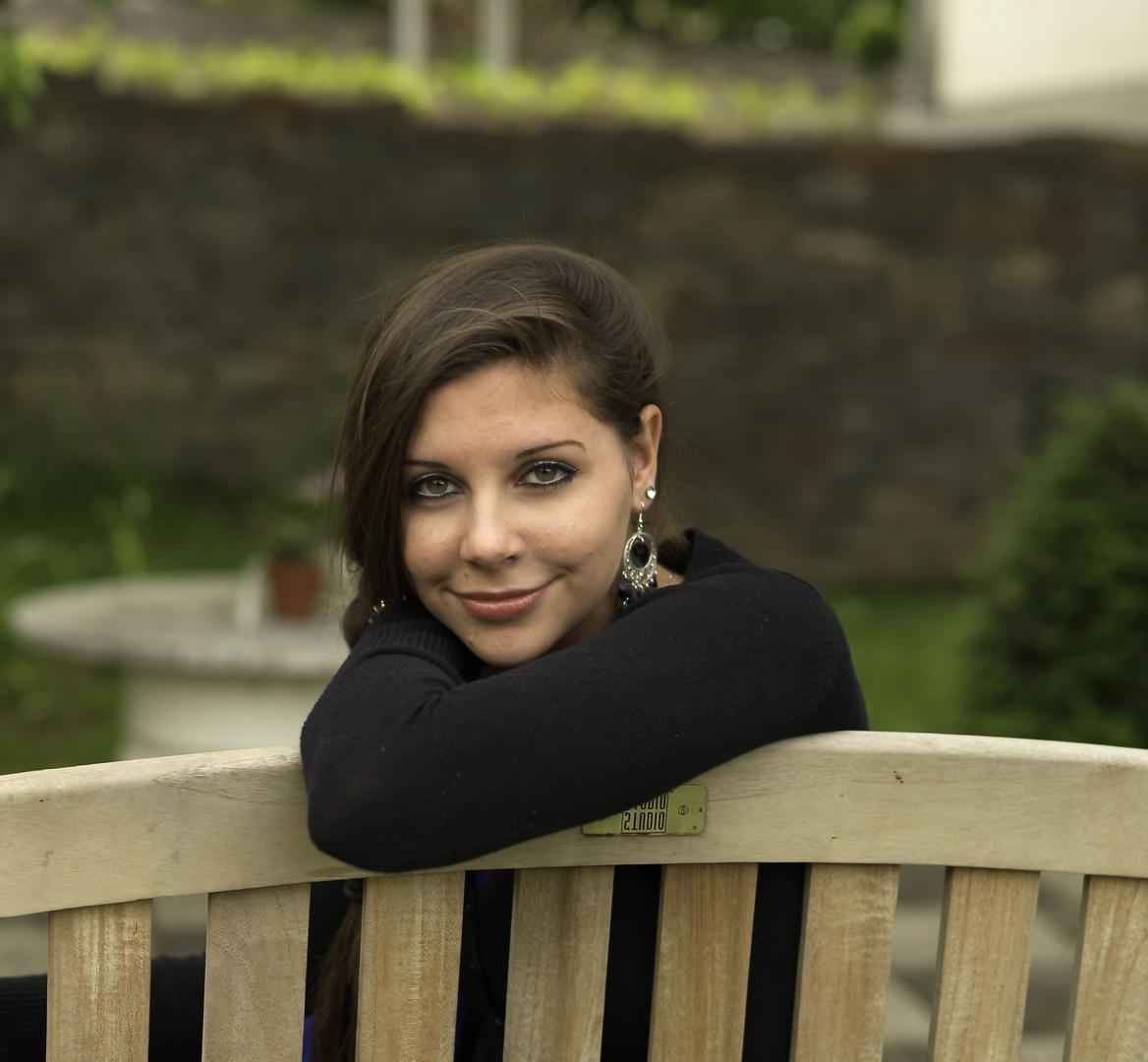 Portrait auf Gartenbank