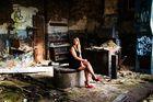 Portrait aufnahme in einer alten verlassenen Halle