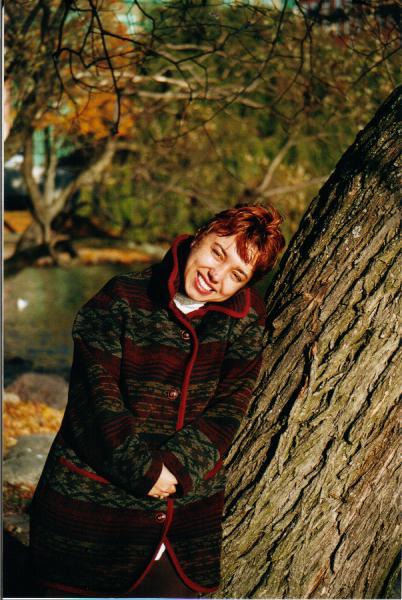 Portrait beim Herbstspaziergang durch einen Park in Stockholm