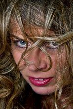 Portrait durch die Haare