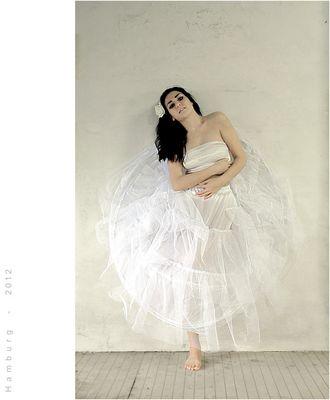 Portrait einer einbeinigen Tänzerin in unruhigen Zeiten