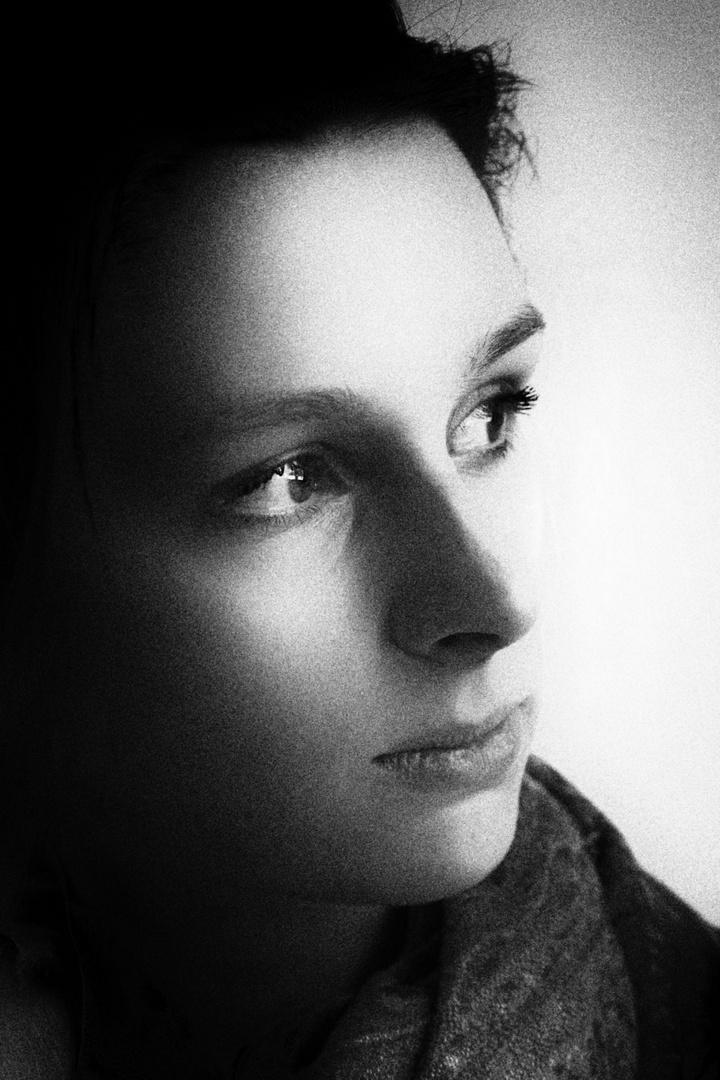 Portrait einer jungen Frau am Fenster