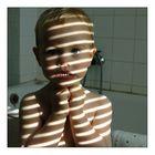 Portrait im Badezimmer mit Streifen