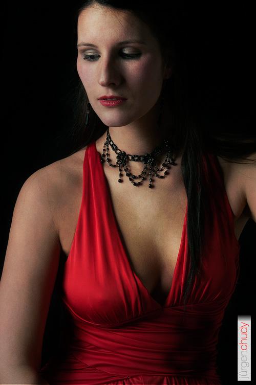 Portrait mit rotem Kleid