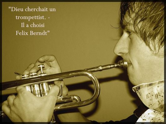 Portrait mit Trompete im Profil