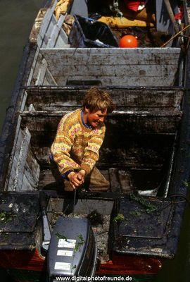 Portugiesischer Junge im Hafen