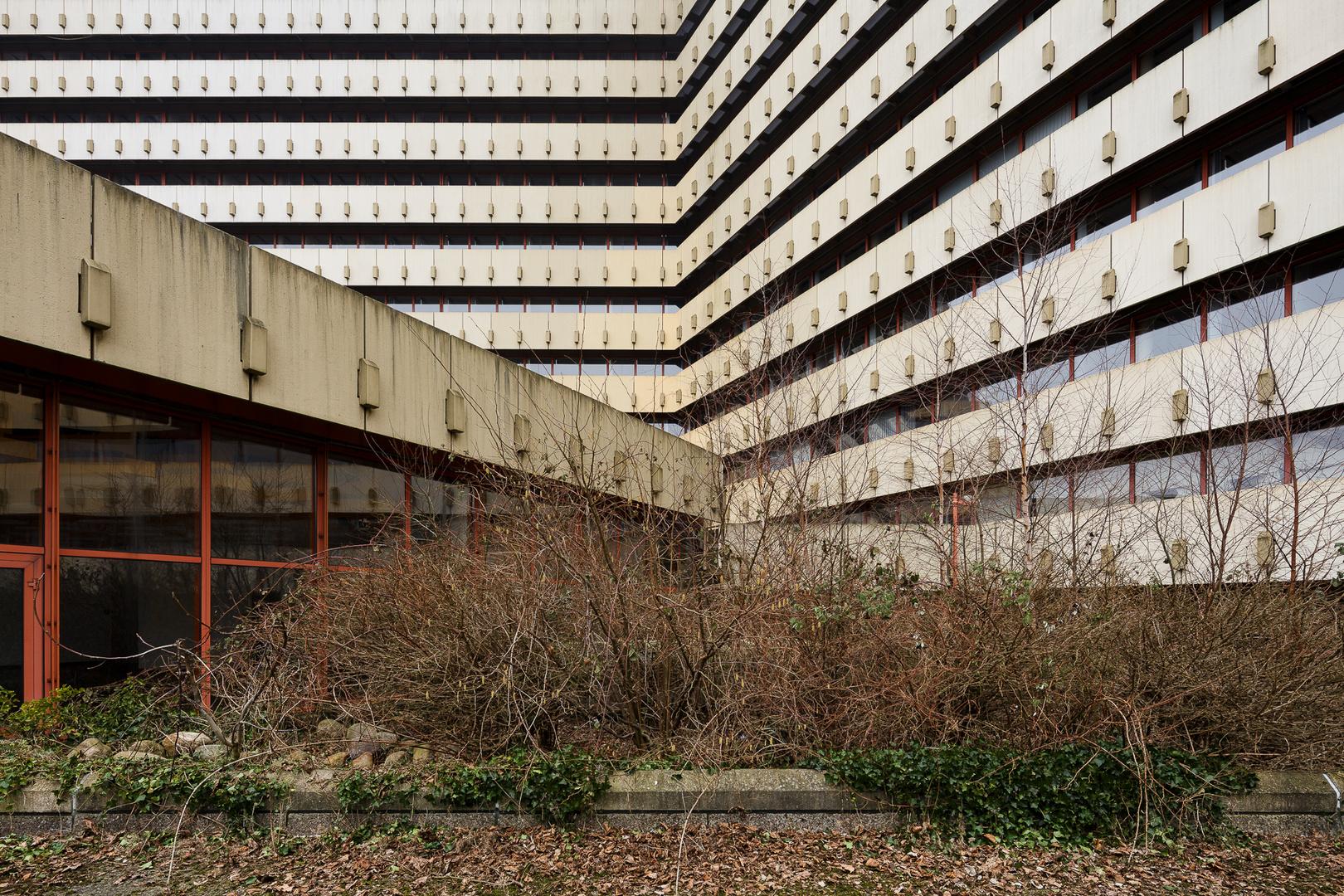 Post pyramide foto bild architektur lost places for Architektur brutalismus
