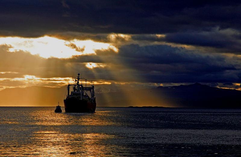 Post tenebras lux. Canal de Beagle, vu depuis le port d'Ushuaïa, Patagonie.