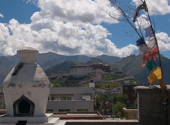 Potala von den Dächern der Stadt aus