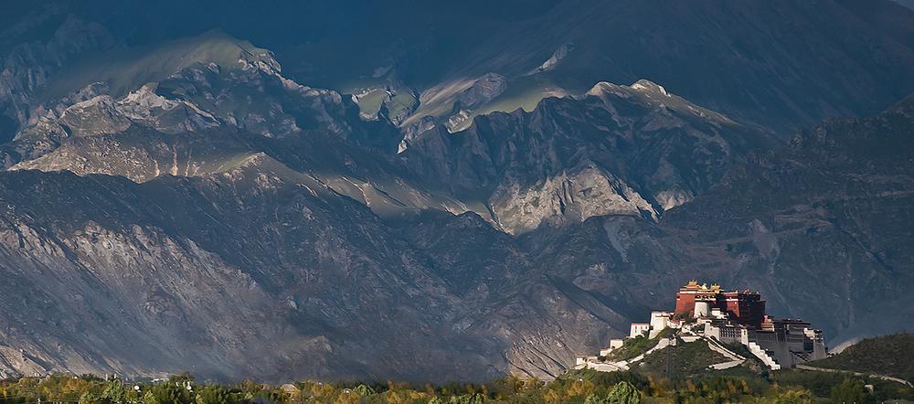 Potala vor den Bergen von Titeuf