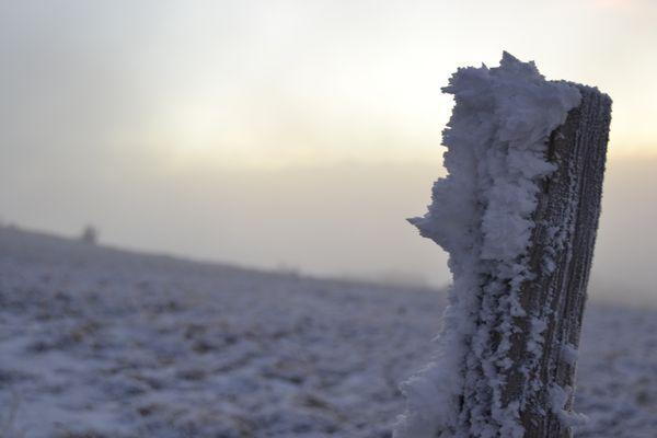 Poteaux glacé dans les Alpes.