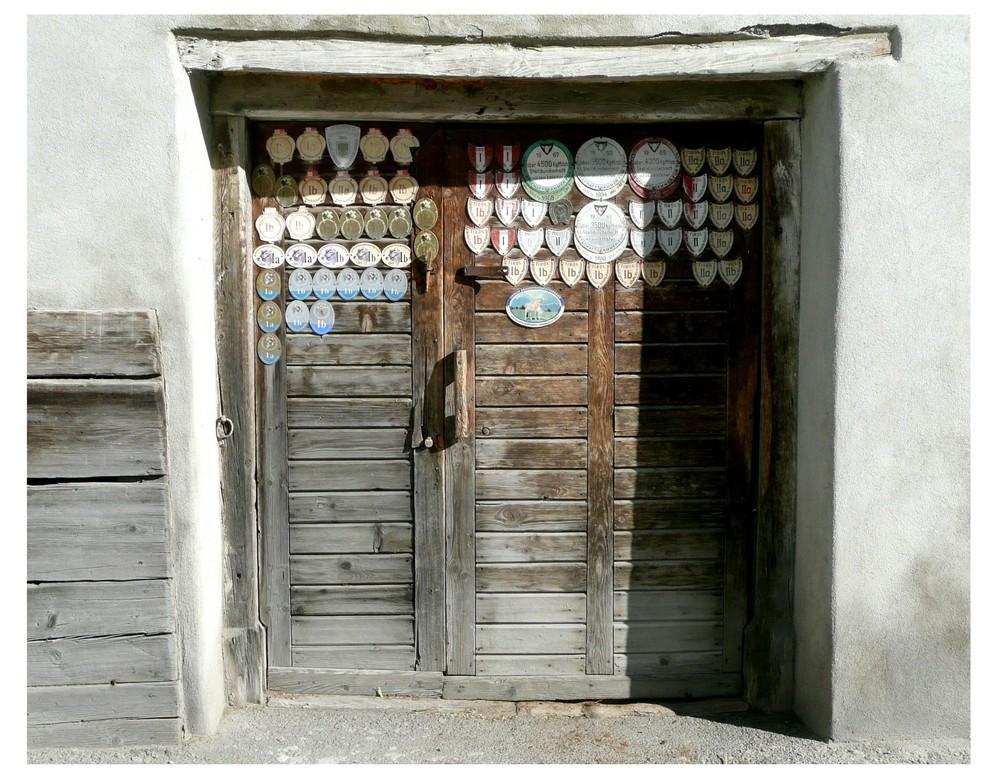 prämierte Kuhstalltür in Tirol