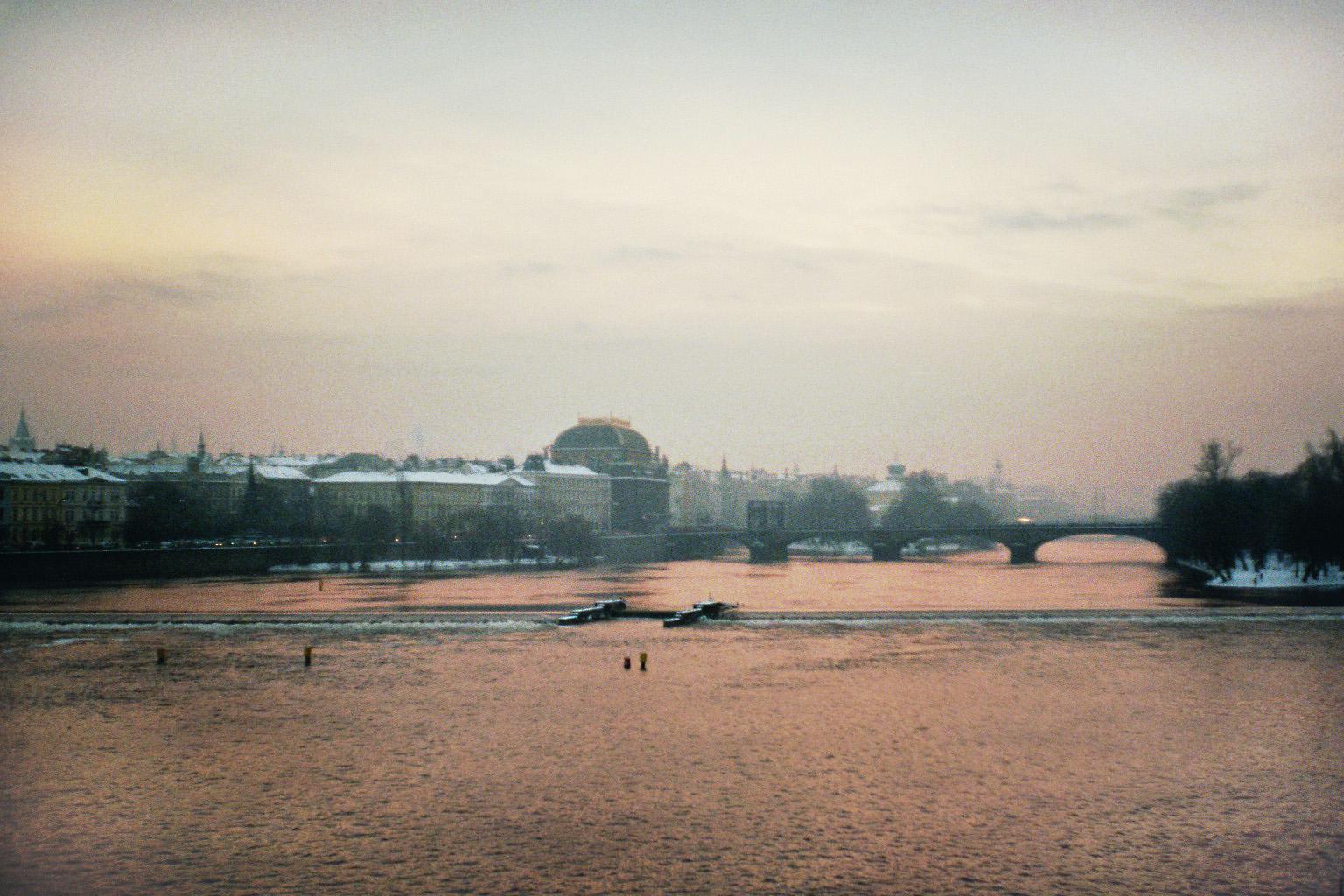 Prag und Moldau im dämmernden Winter
