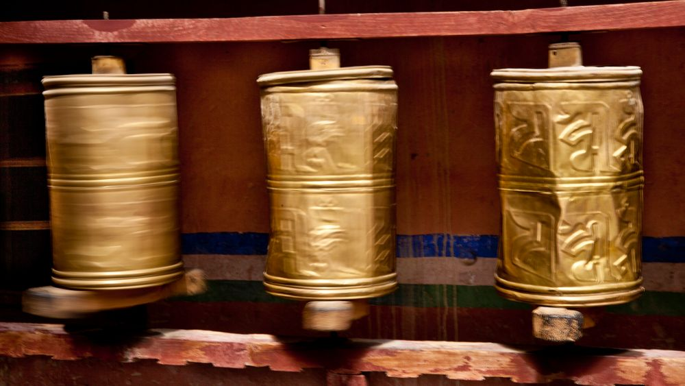 Prayer Wheels at Trugu Gompa von Goldi Goldmann