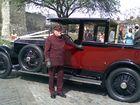 Preisfrage: Welcher von denen ist älter? Der Rolls Royce oder sein Fahrer? und jeweils wie alt?