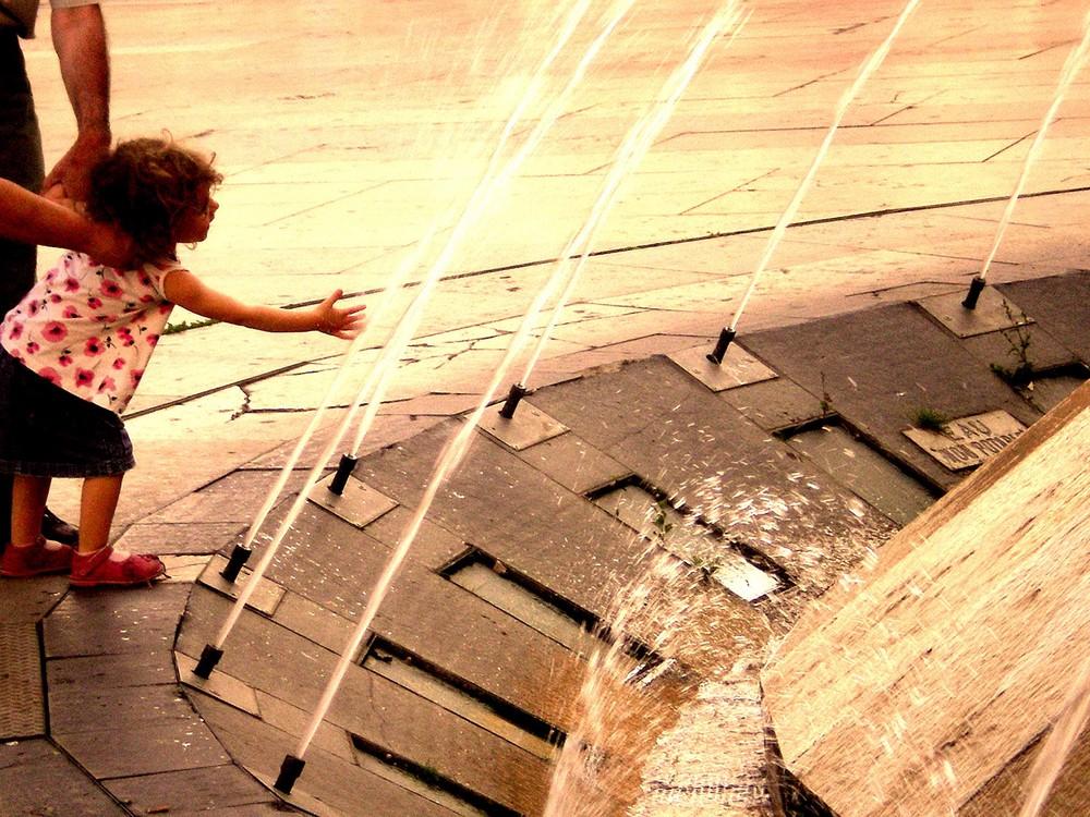 Près d'une fontaine, la joie peut naître.