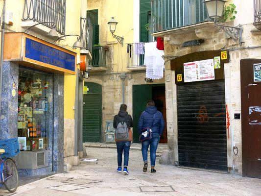 prevalenza di blu nel centro storico di Bari.