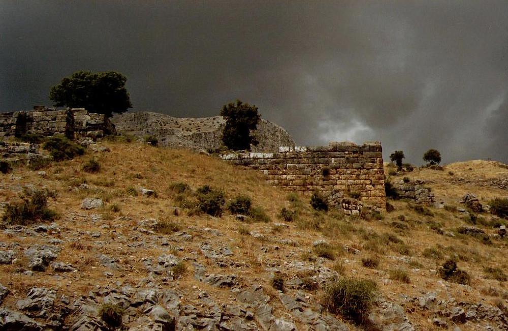 Priene (Reste der Stadtmauer) vor einem Gewitter (siehe auch unten)