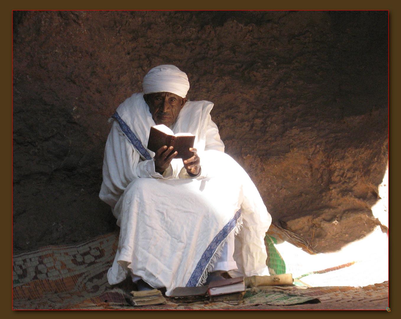 Priester mit Buch