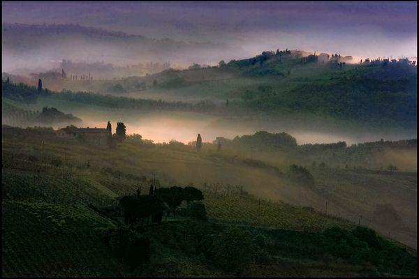 Primo raggio dell'alba sui colli di S. Gimignano