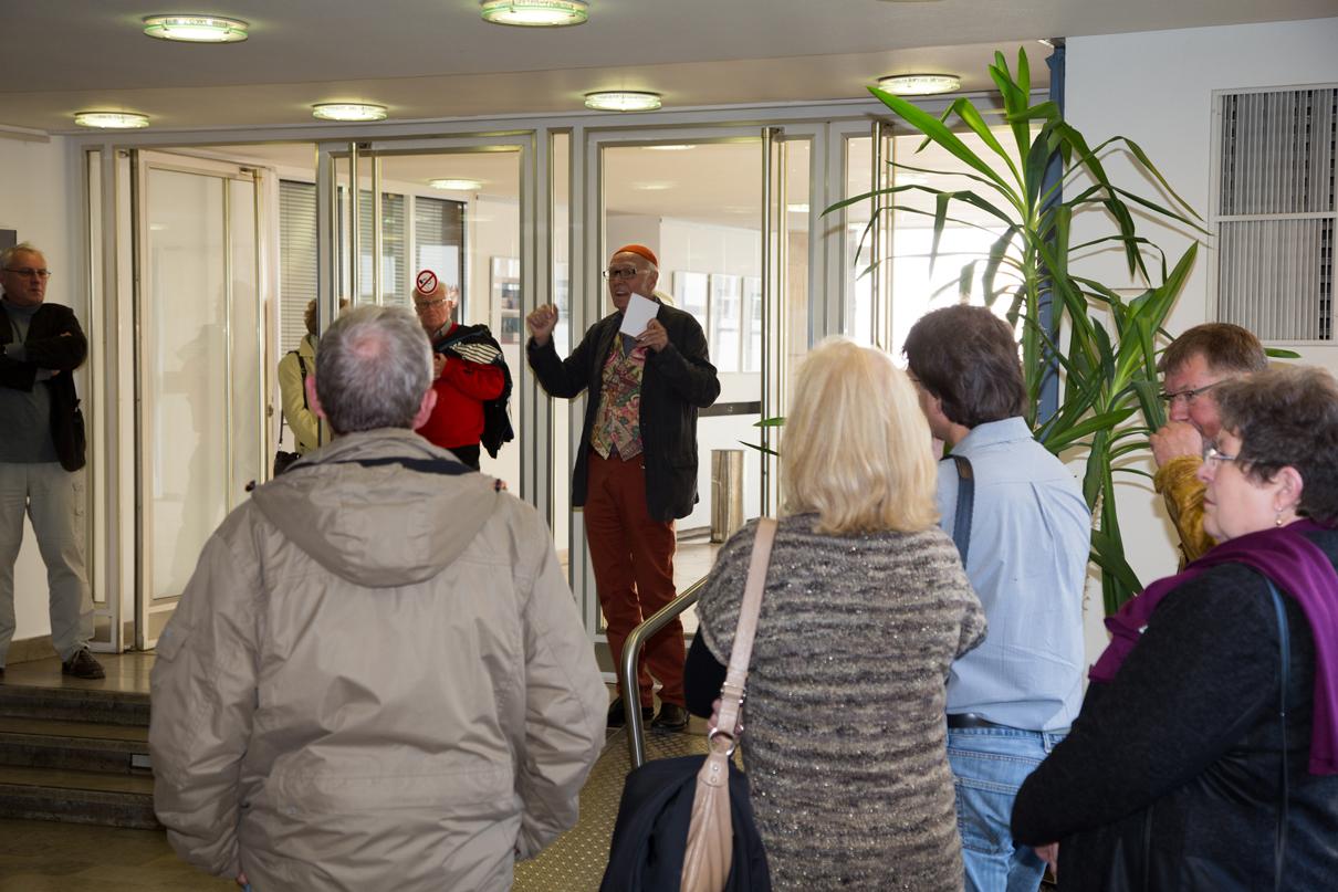 Prof.Harald Mante erklärt die Ausstellung BILDPAARE