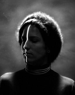 Projektion einer Linie auf dem Gesicht einer Frau (nach Erwin Blumenfeld)