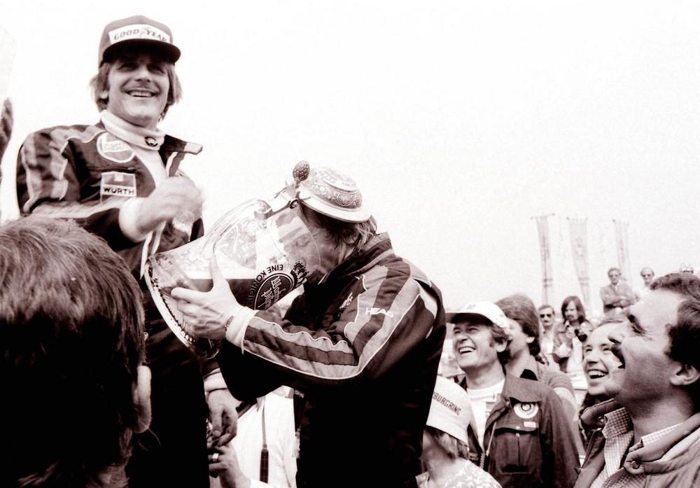 """""""Prost """"Nippel."""" der Essener Harald Grohs beim Versuch Unfallfrei zu trinken. 1977"""