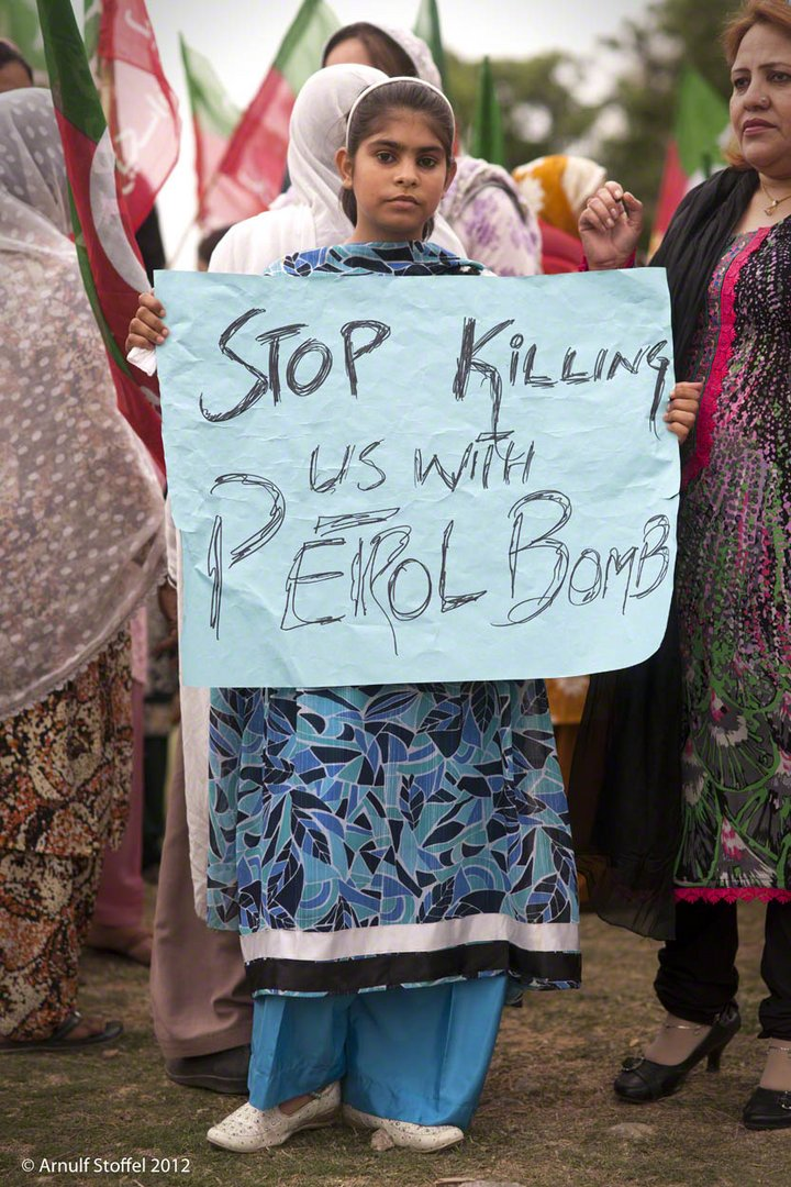Protest gegen angekündigte Ölpreiserhöhung um 400% in Pakistan