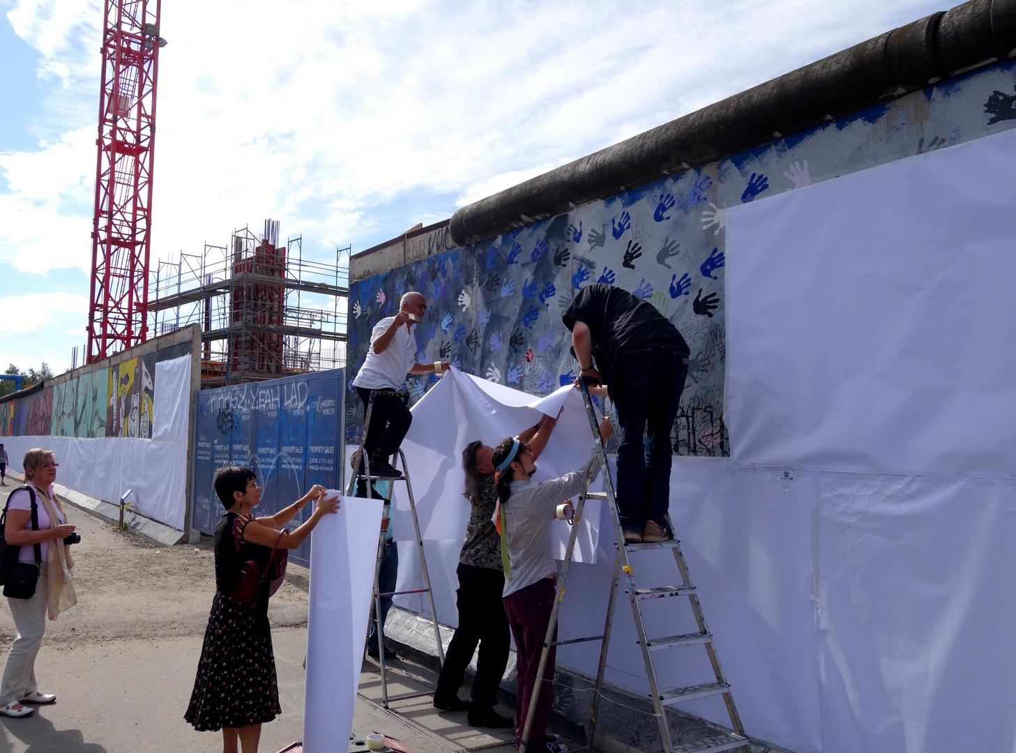 Protest gegen Teilabriss: East Side Gallery mit Papier verhüllt