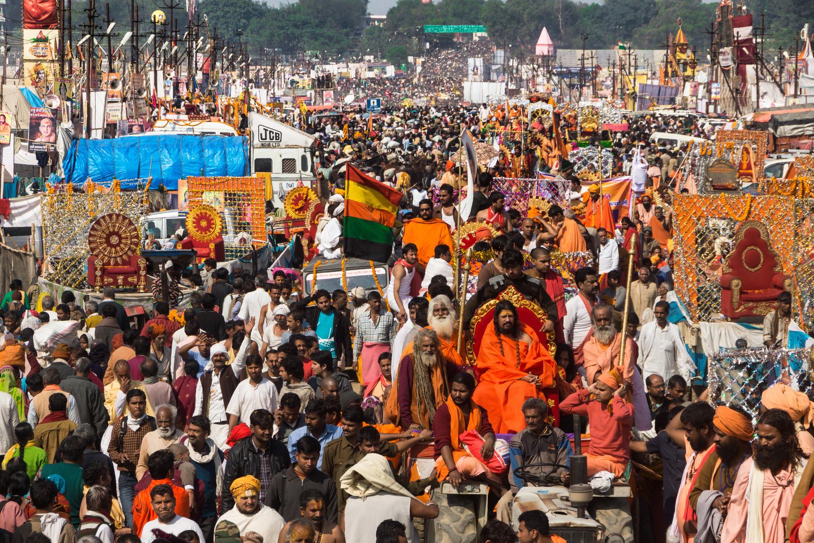 Prozession der Saddhuorden auf der Kumbh Mela 2013