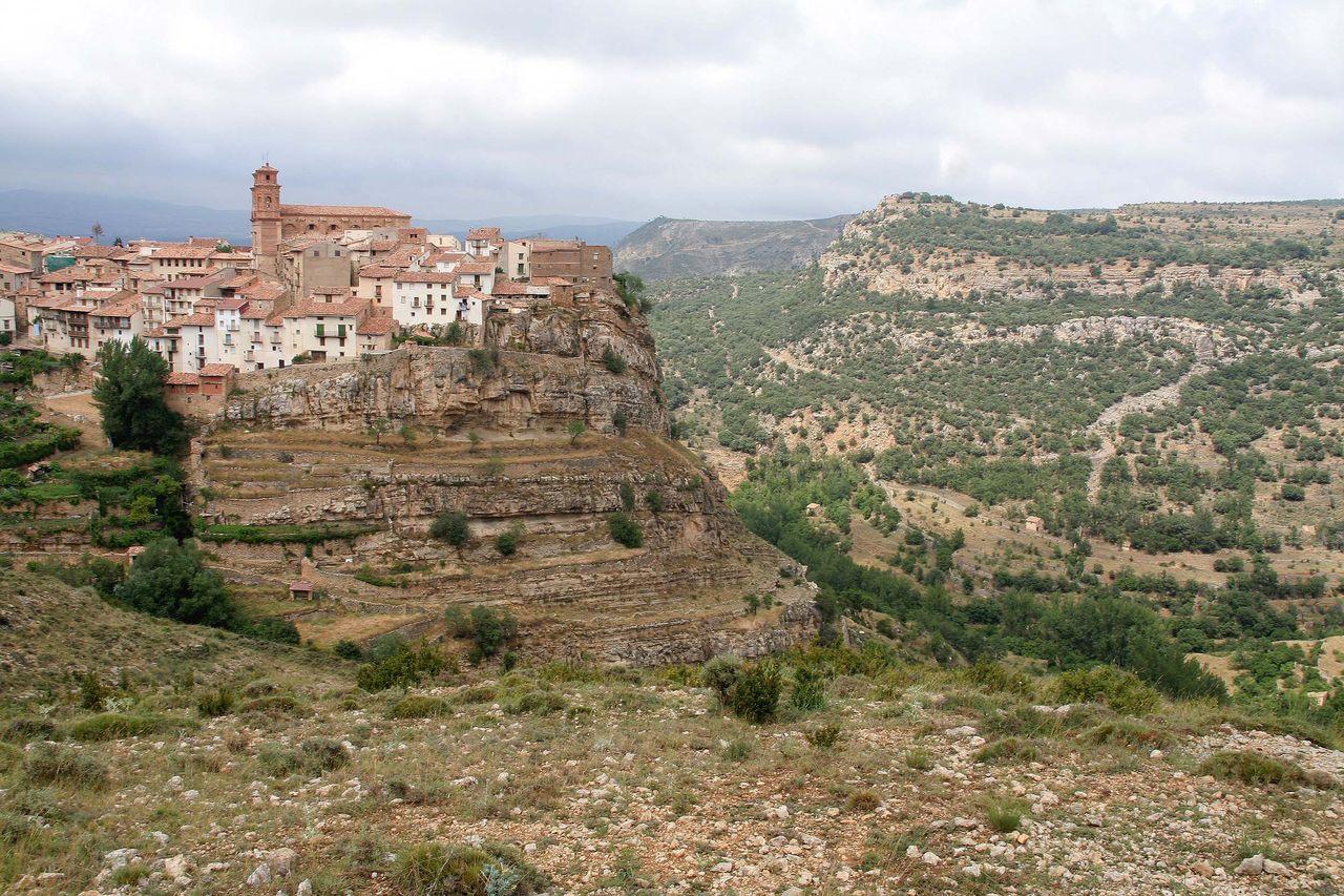 Pueblo de Villarluengo situado en un marco impresionante del Maestrazgo (Teruel)