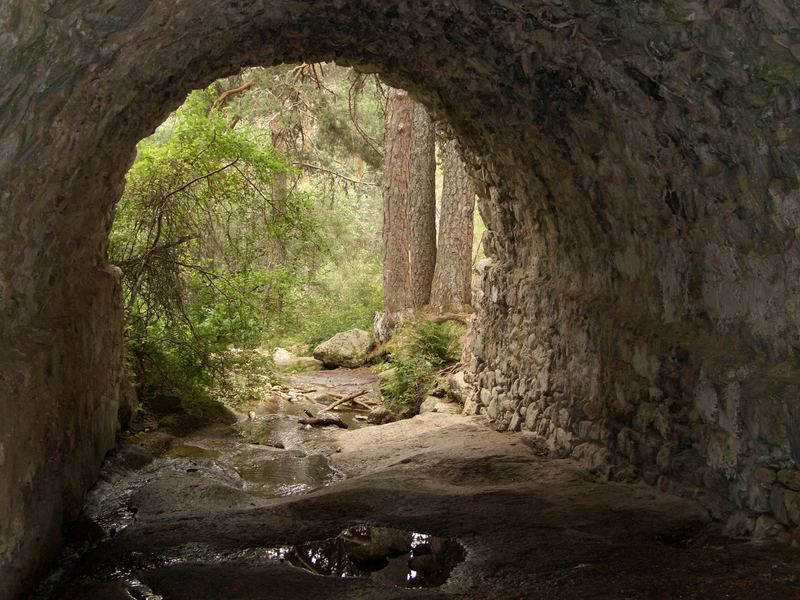 Puente bajo calzada romana
