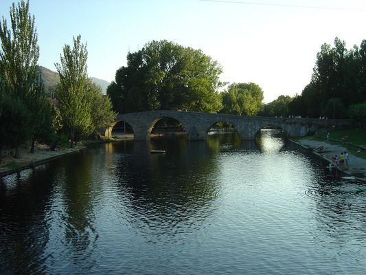 Puente, río y reflejo