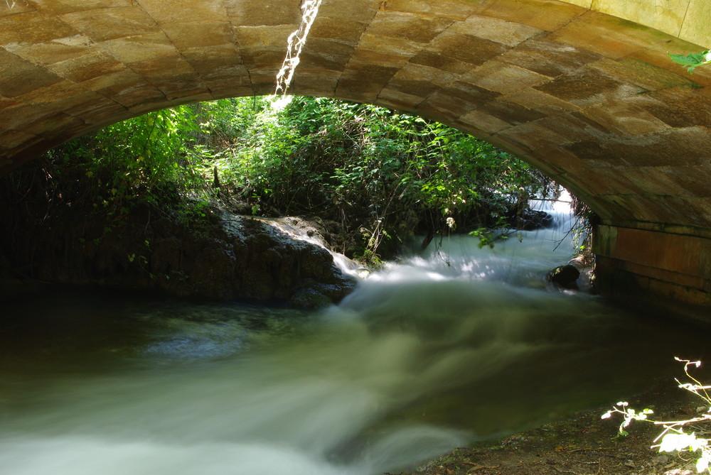 puente sobre aguas turbulentas