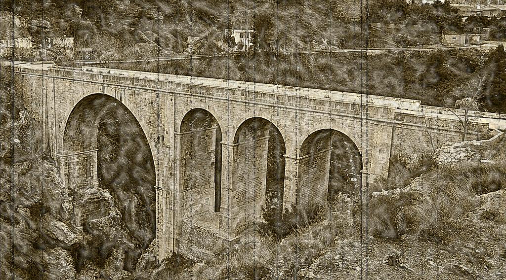 Puente sobre el Rio Izbor