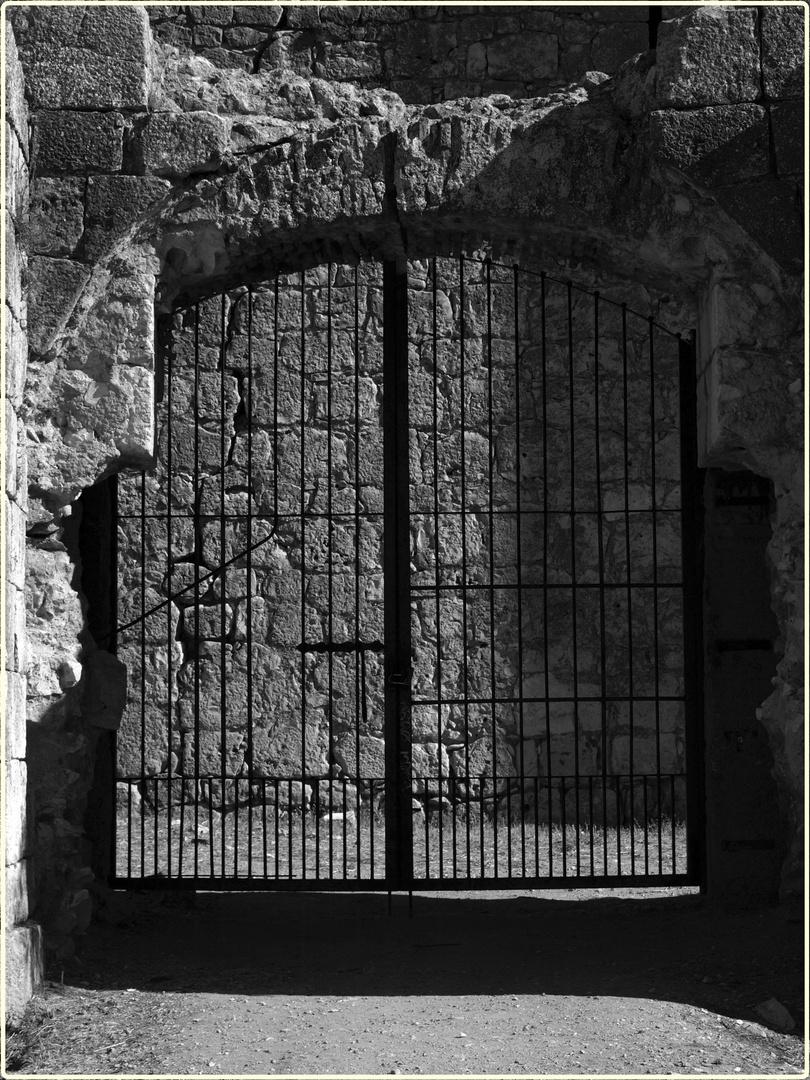 Puerta Castillo de Pioz